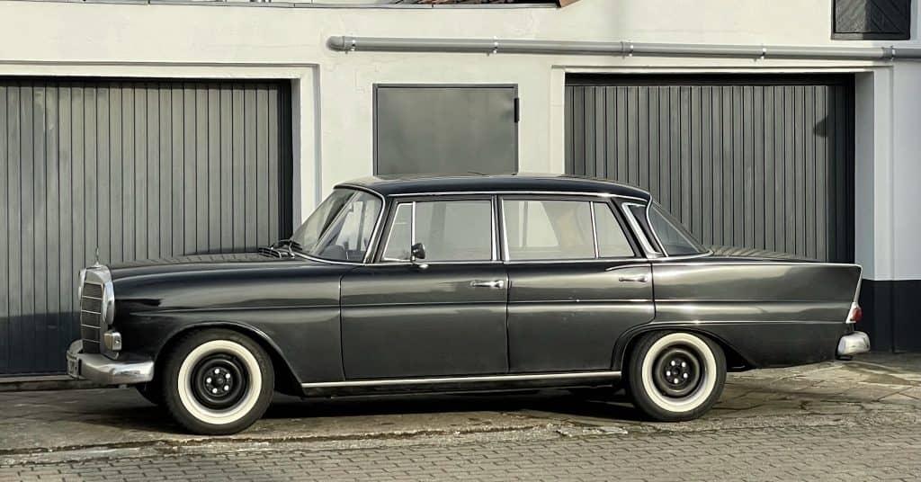 schwarzer Mercedes Oldtimer