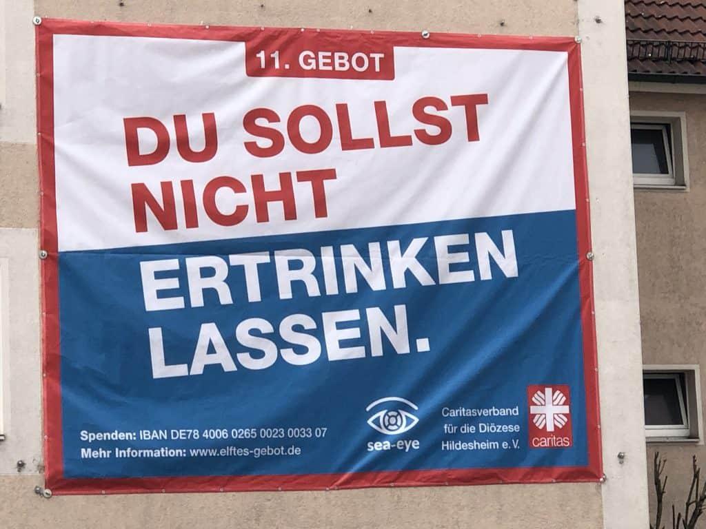 Plakat mit dem 11. Gebot: Du sollst nicht ertrinken lassen.