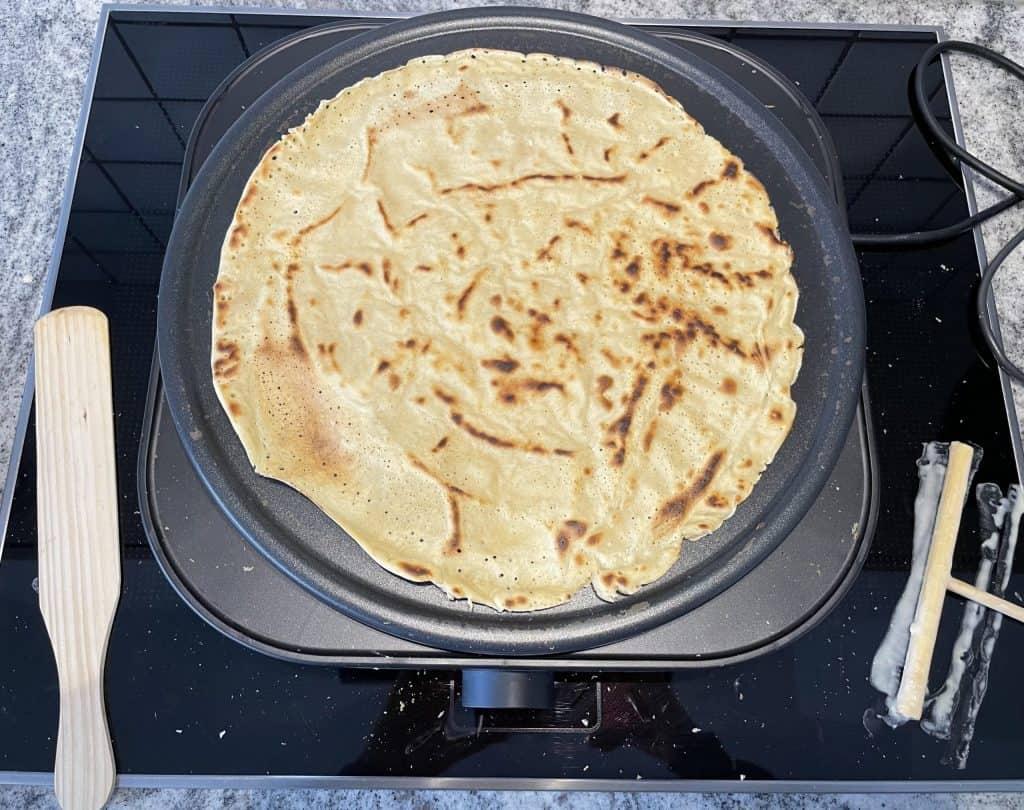 brauner Crêpe auf dem Crêpe-Maker
