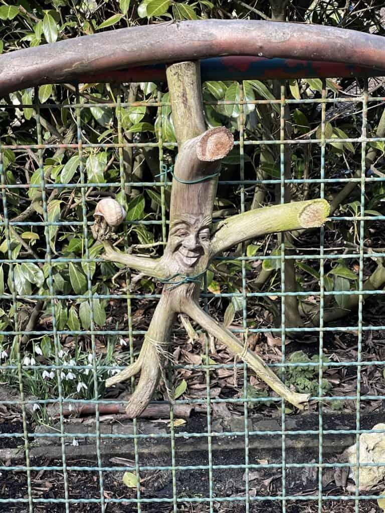 Holzschmuck an der Gartentür