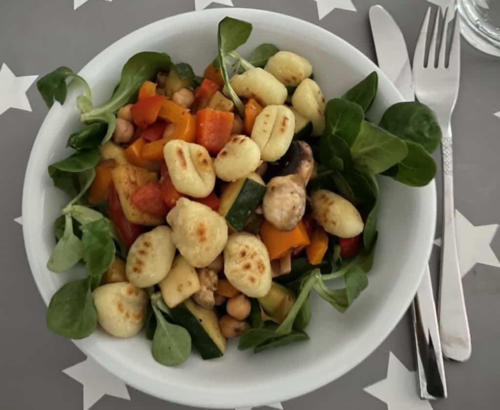 Teller veganes Abendessen