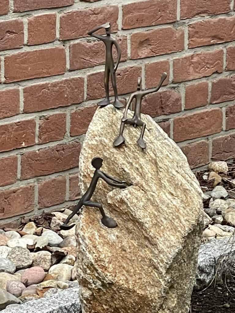Stein mit drei Metallmächen darauf