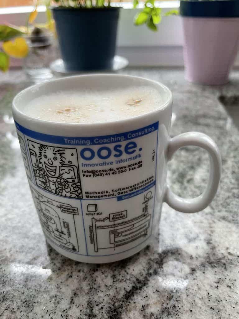 oose-Becher mit Milchkaffee
