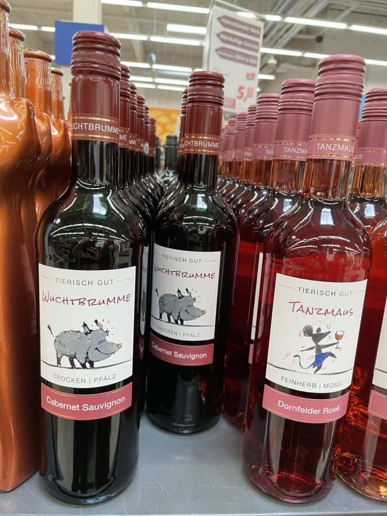 Weinflaschen im Regal