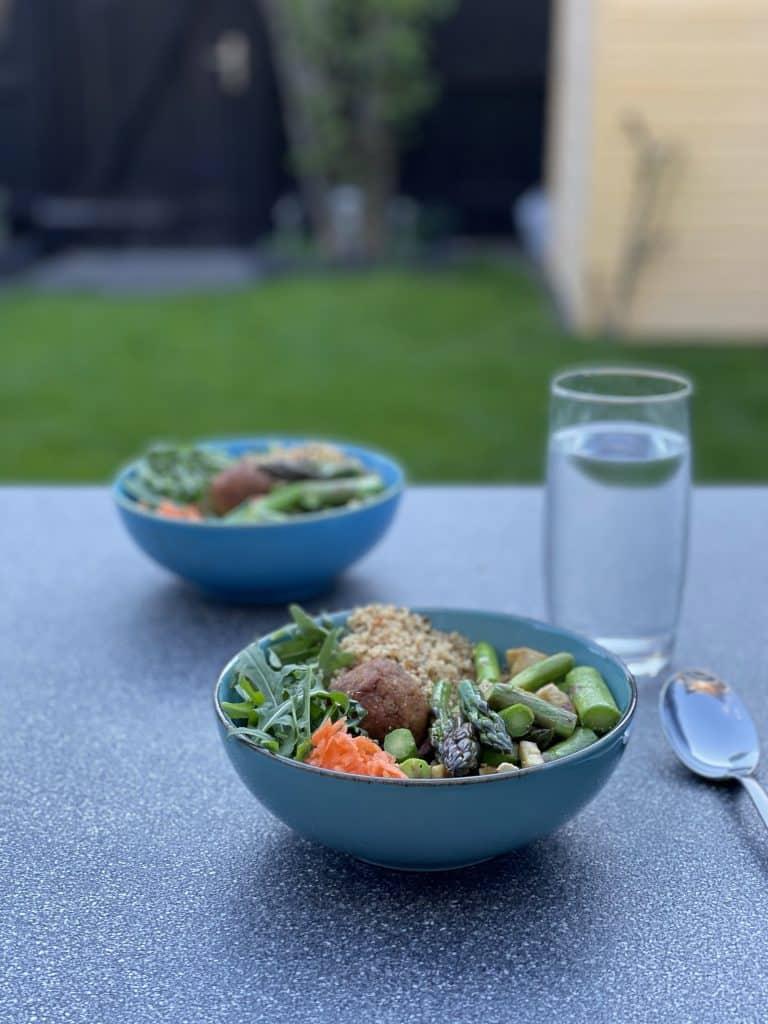 Bilderserie 1/3 Bowl mit Essen