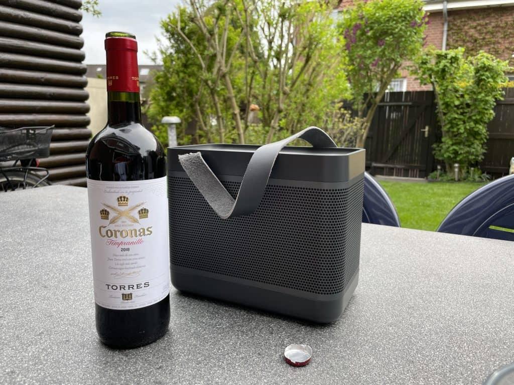 Rotwein auf Gartentisch