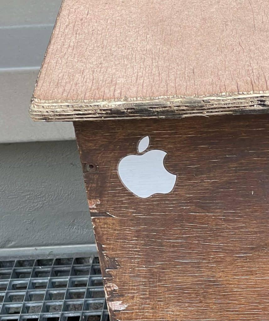 Holzkiste mit Apple-Aufkleber