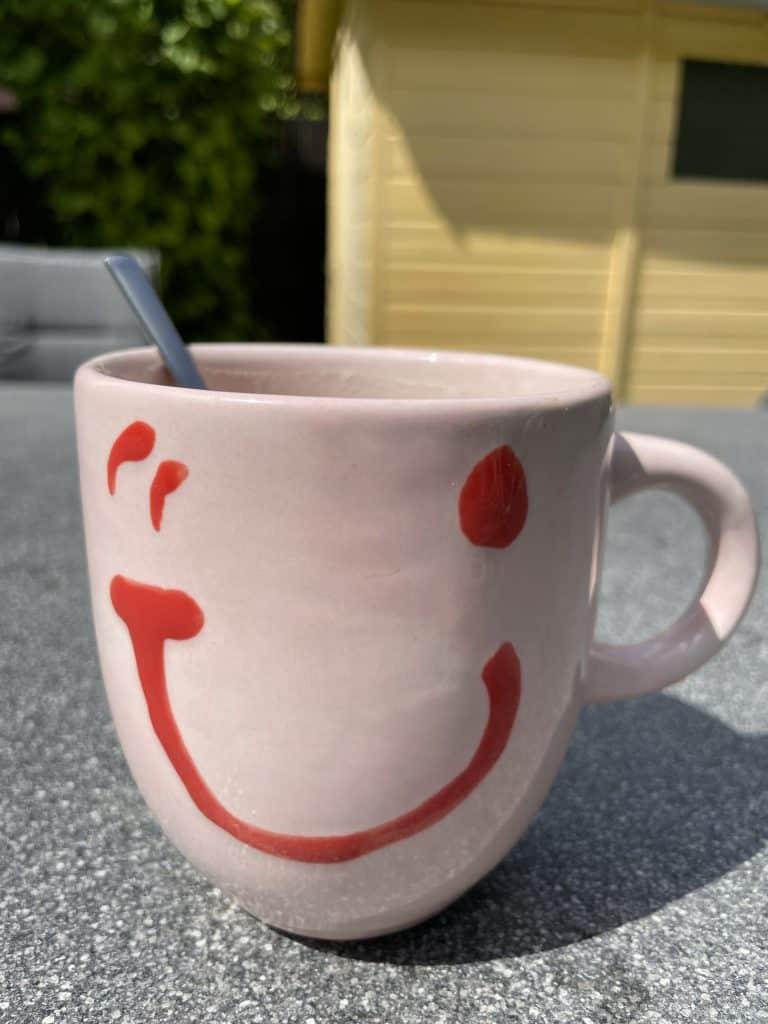 Kaffeebecher im Garten