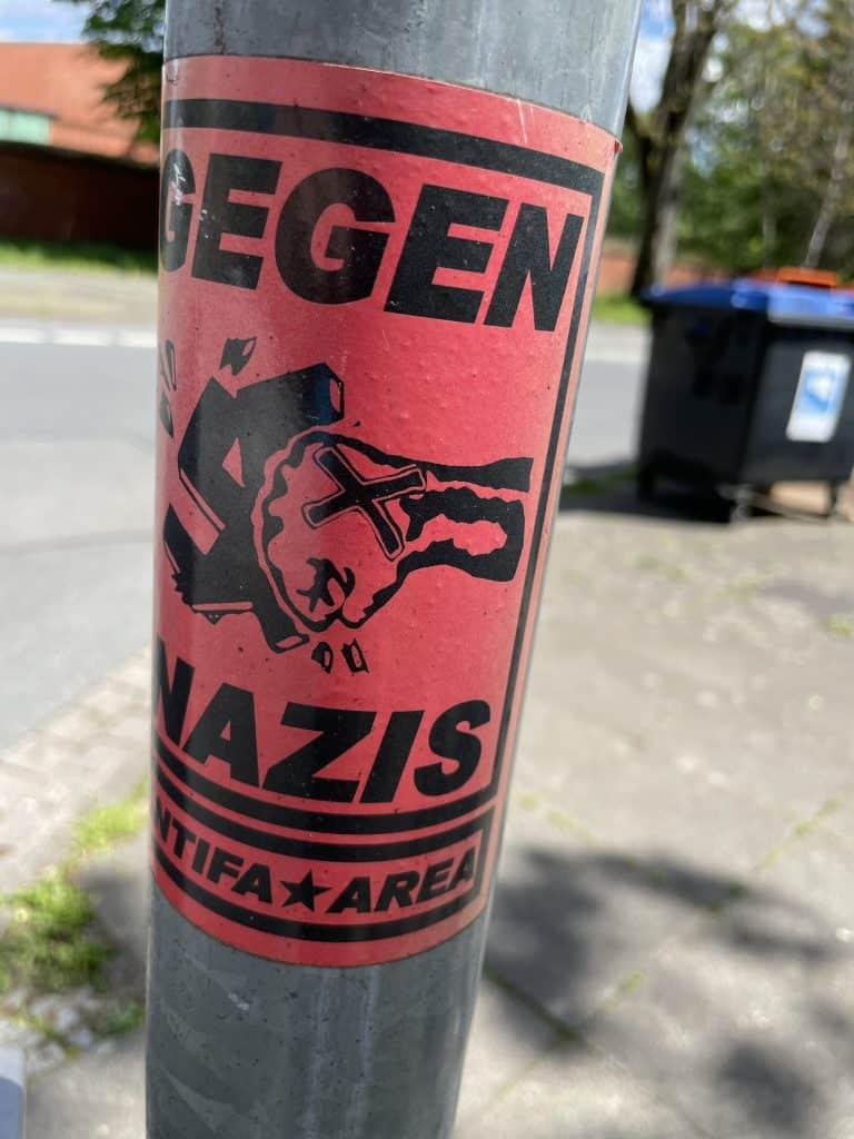 Antifa-Sticker auf Laternenpfahl