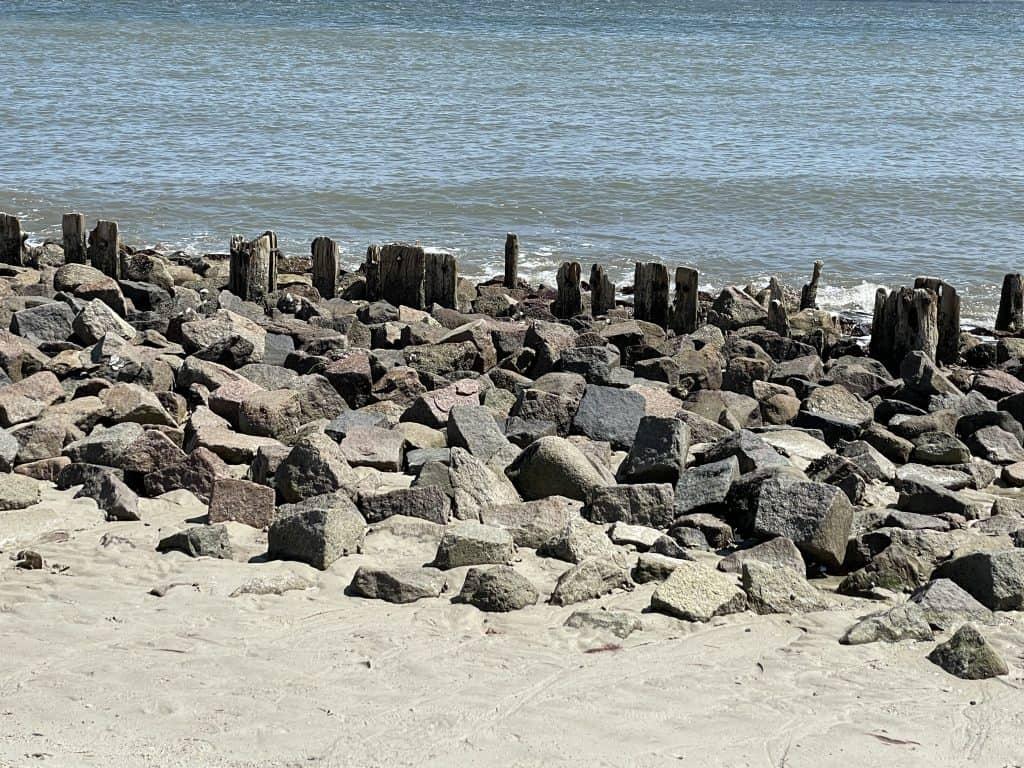Strandbild mit Steinen