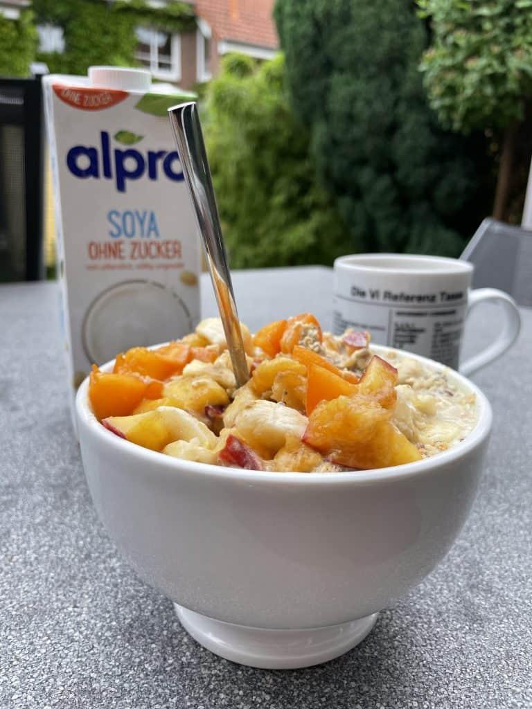 Frühstücksstilleben ums Müsli auf der Terrasse