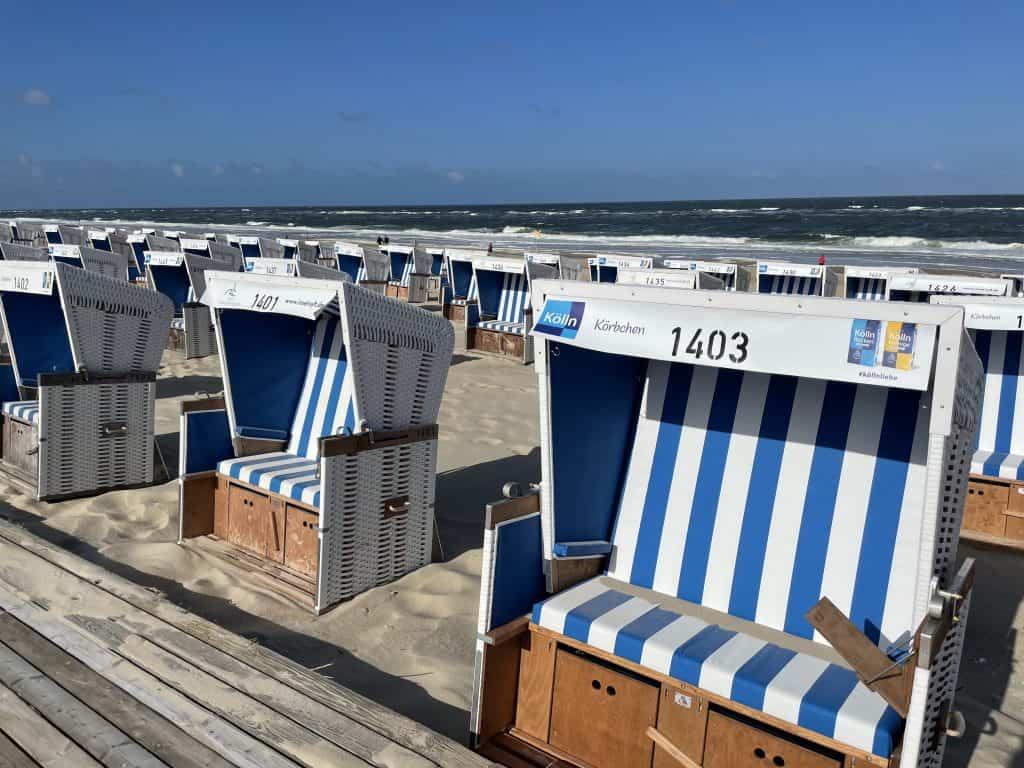 leere Strandkörbe in Reihe