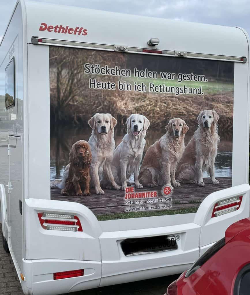 Wohnmobil mit Johanniter-Hundeausbildungreklame