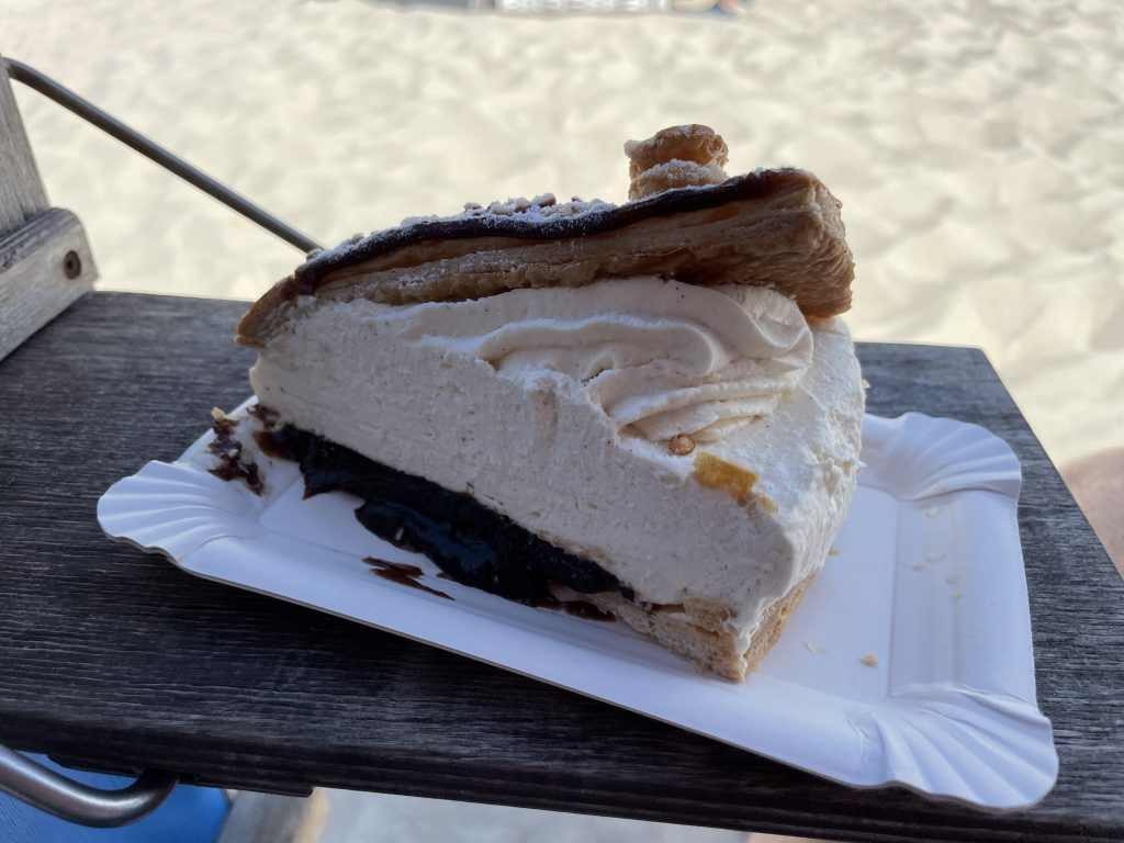 Fruesentorte am Strand