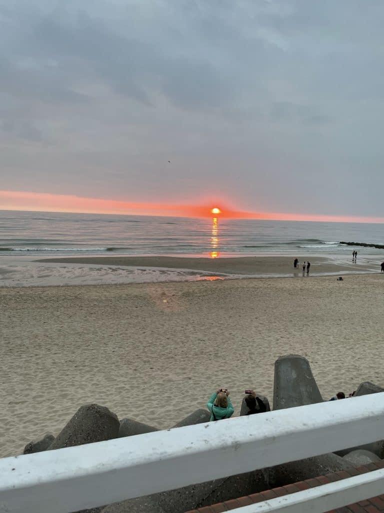 rote Sonne versinkt im Meer