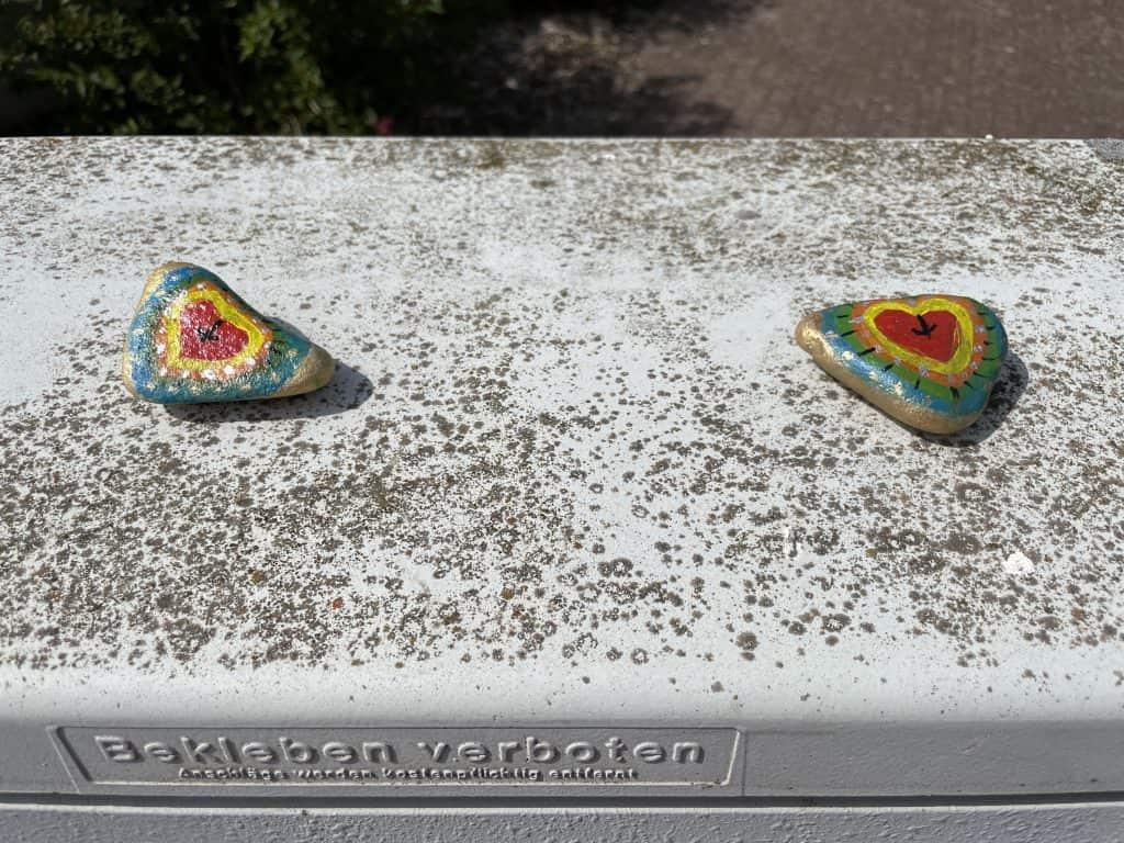 Kabelverteilerkasten mit zwei selbstbemalten Steinen