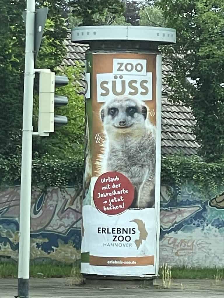 Litfaßsäule mit Zoo Hannover Reklame