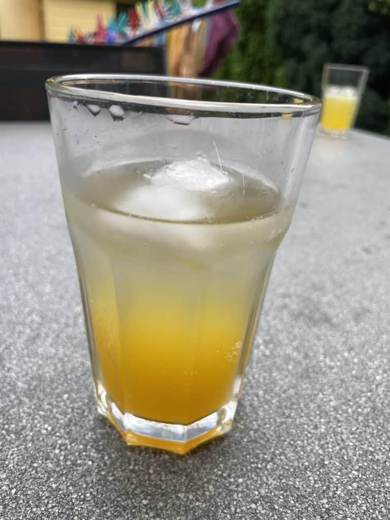Glas mit Schorle