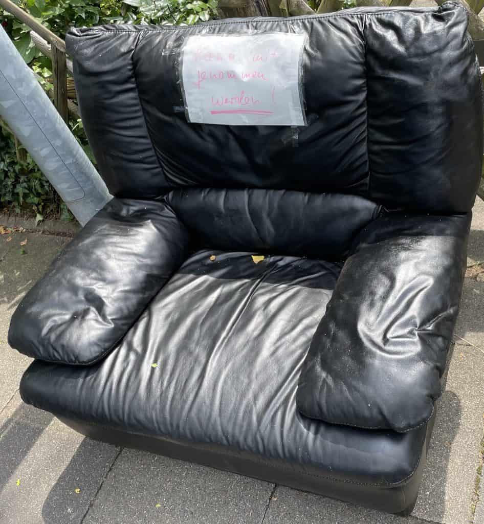 schwarzer Sessel zum Verschenken