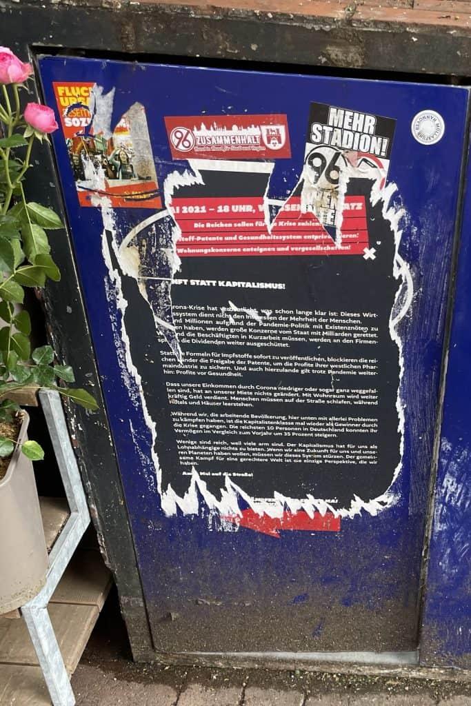 plakatierte Müllbehältertür