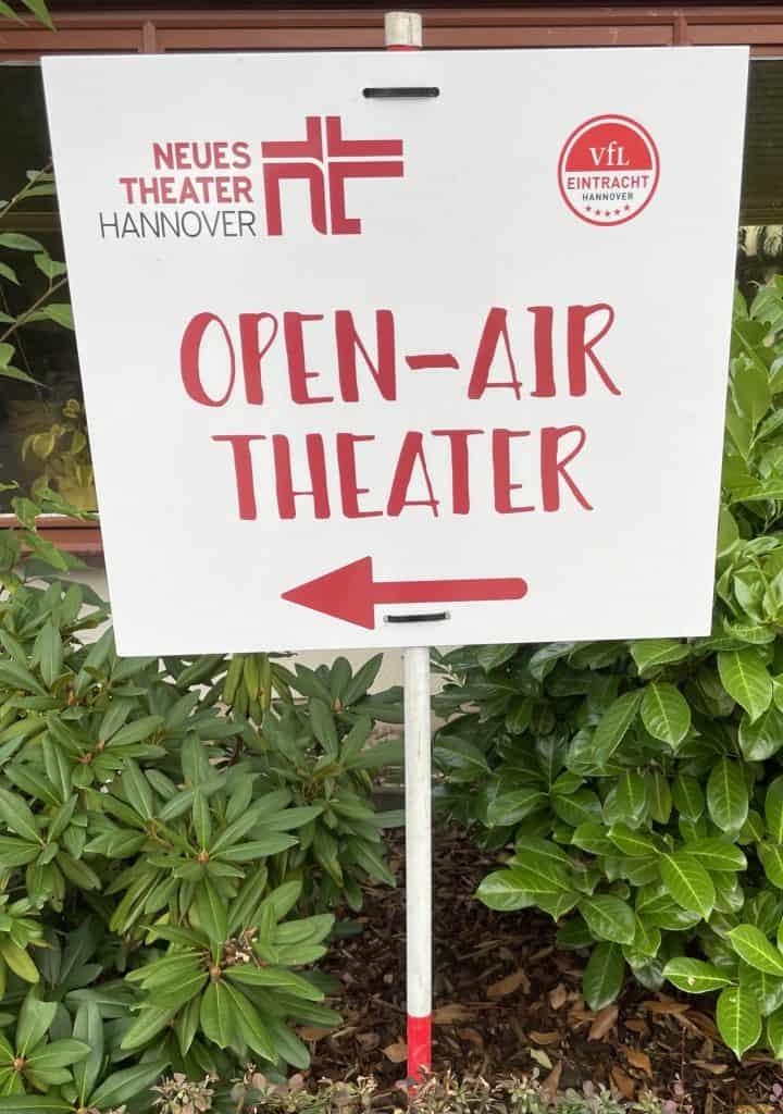 Wegweiserschild zum Open Air des Neuen Theaters