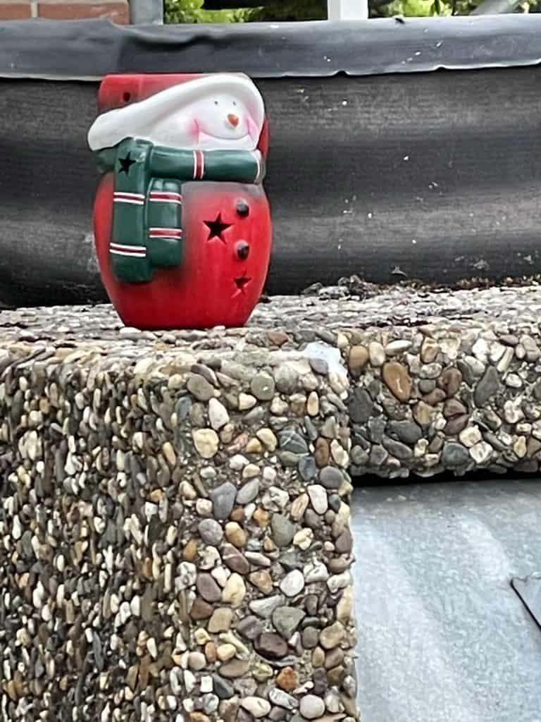 Weihnachtsmanneeko auf Müllcontainer