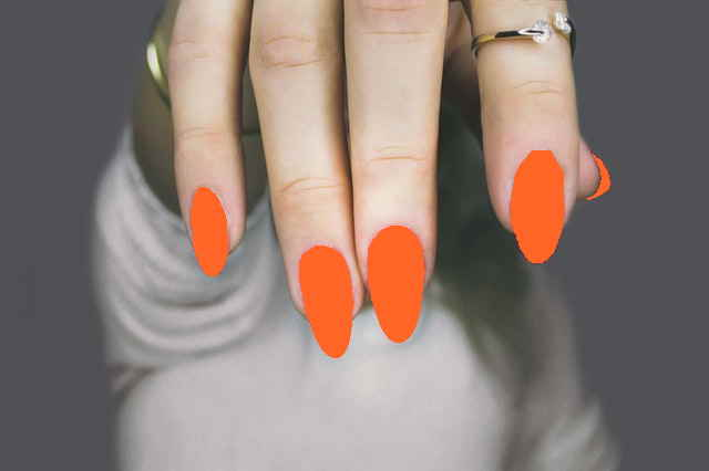 Orange lackierte Fingernägel