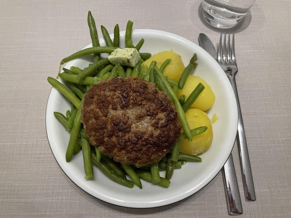 Essen mit Bohnen, Kartoffeln und Bulette