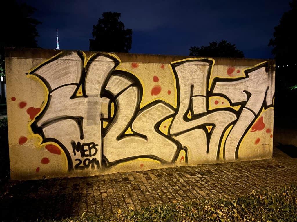Graffiti auf Garagenwand bei Nacht