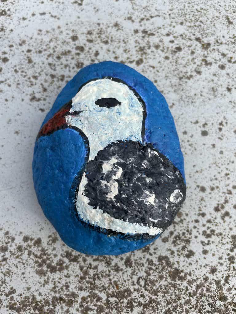 linker Stein mit Vogelmotiv
