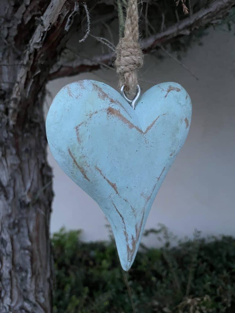 blaues Herz hängt im Baum