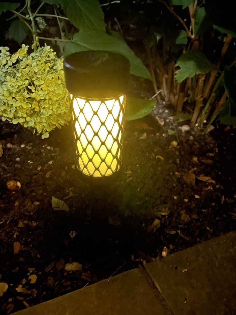 leuchtende Gartenlampe