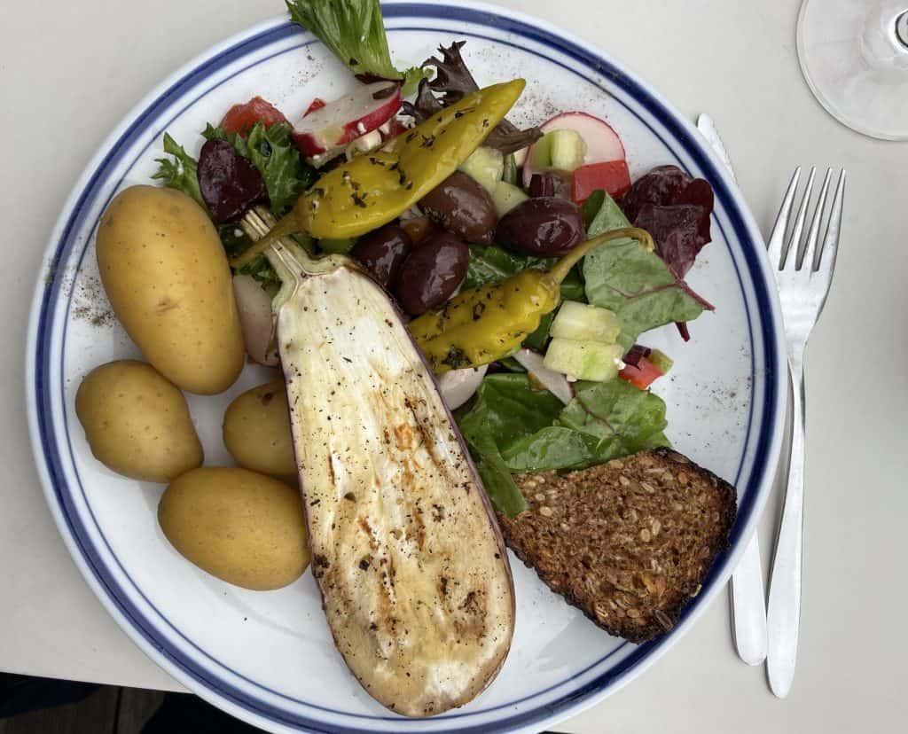 Salatteller mit Aubergine und Pellkartoffeln