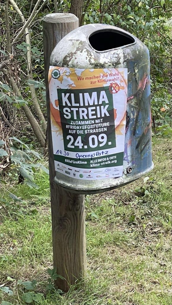 Mülleimer mit FFF-Streik-Plakat