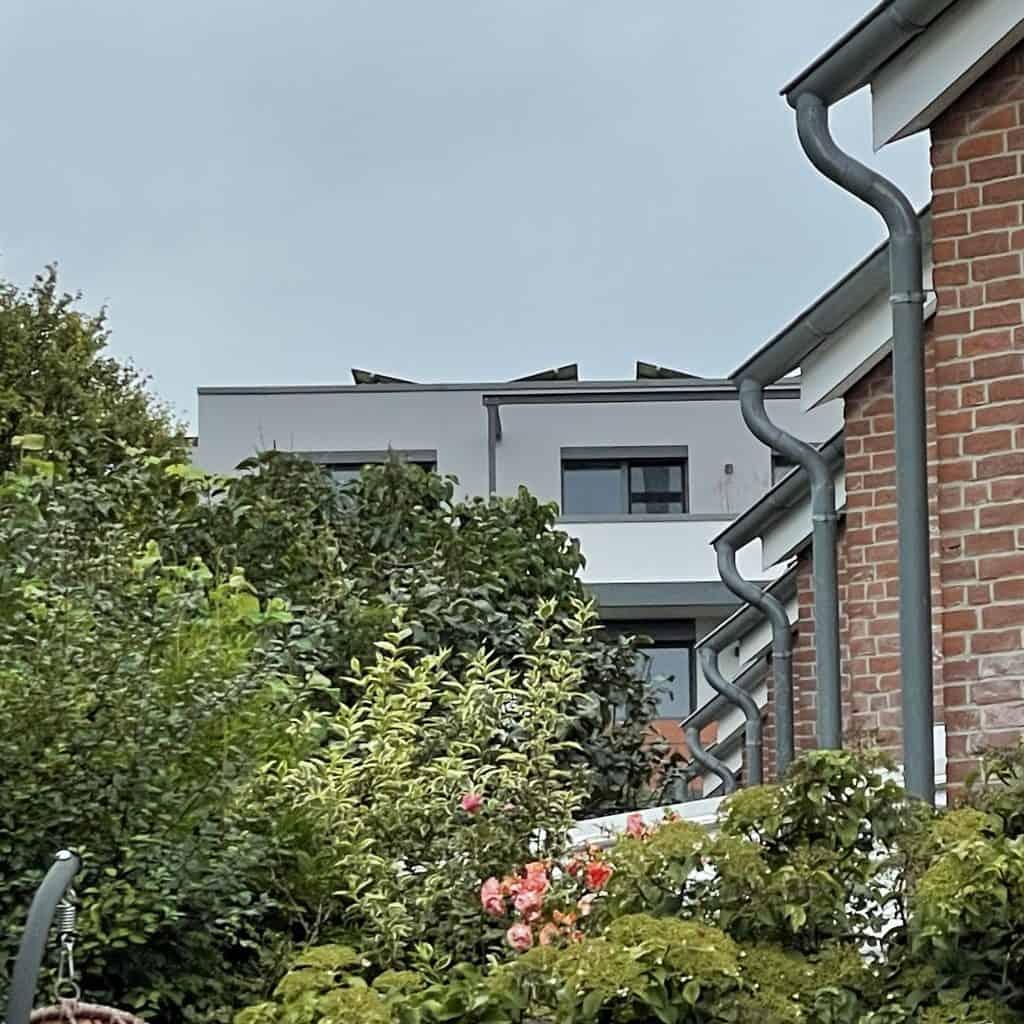Häuserfassaden mit Regenrinnen