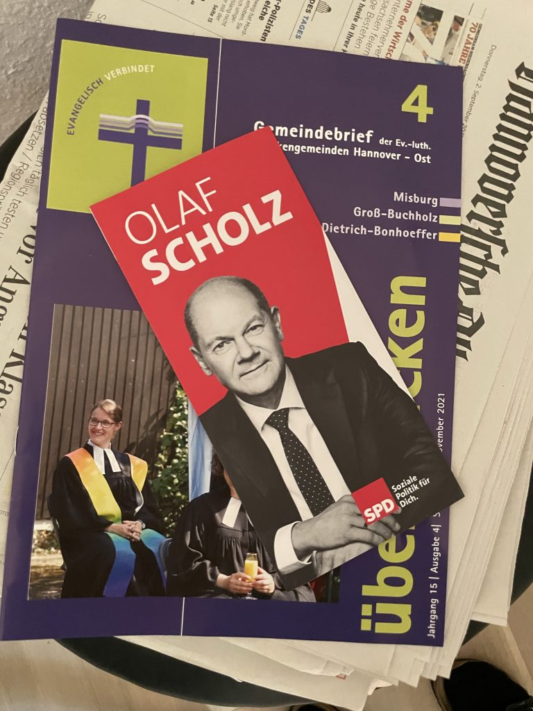 Zeitungsstapel: Scholz, Kirchenbrief, HAZ