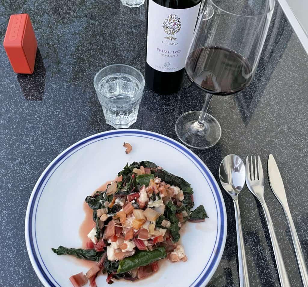warmes Abendessen mit lecker Rotwein