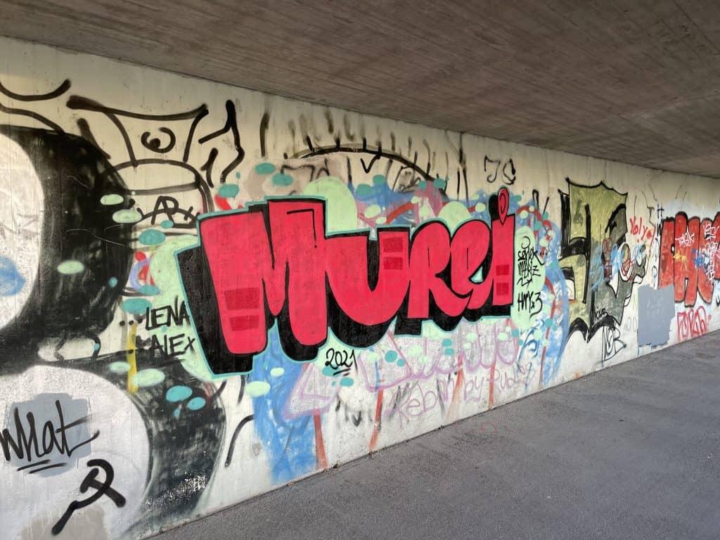 Graffiti auf der Brückenunterführung