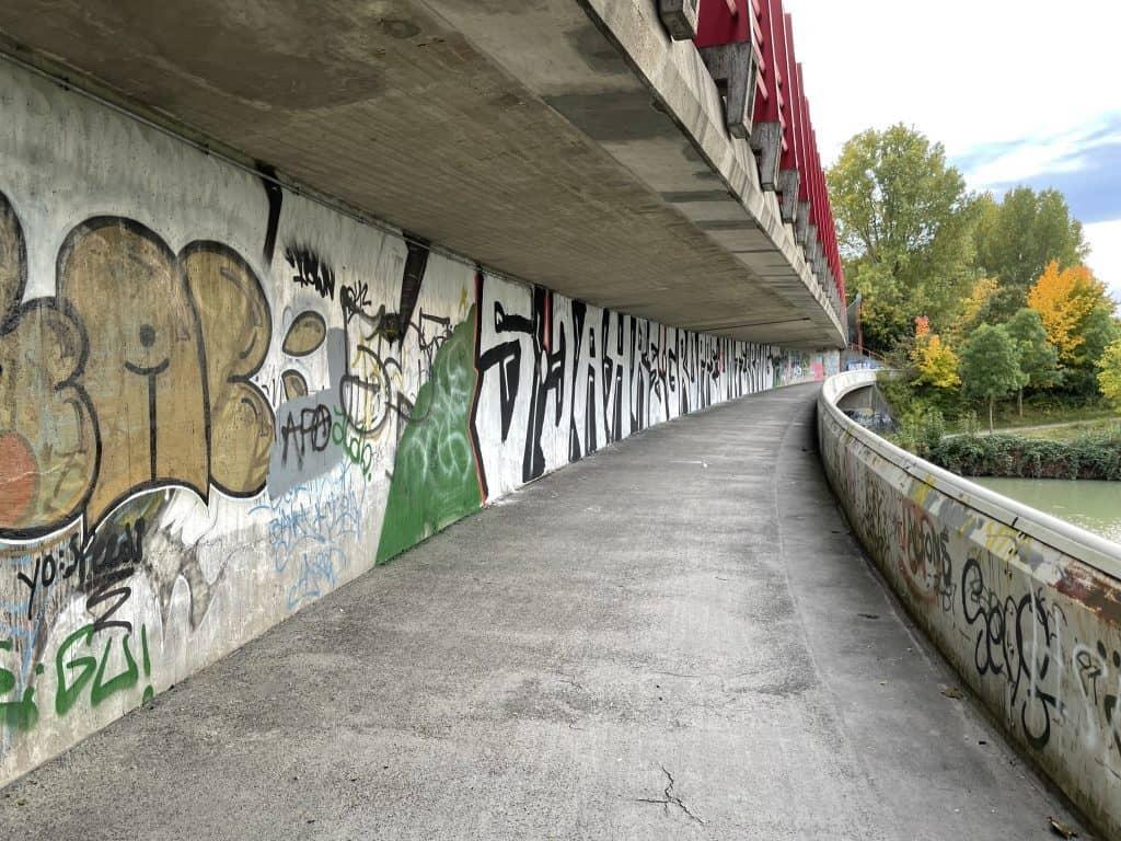 Brücke über den Mittellandkanal übersäht mit Graffitis