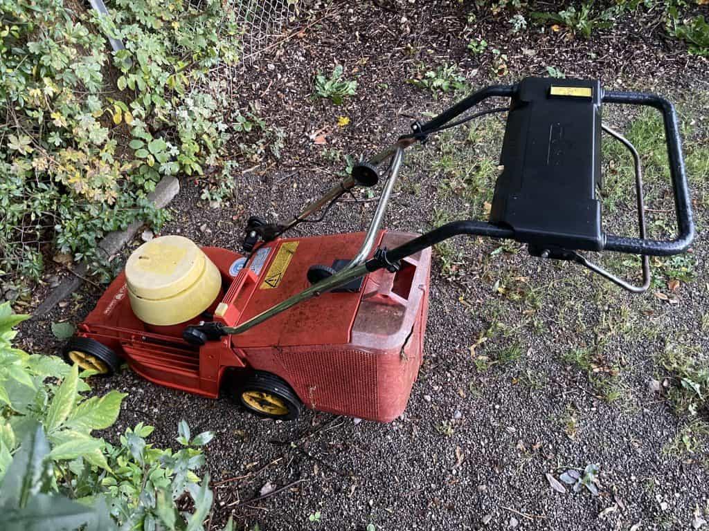 ausrangierter Rasenmäher