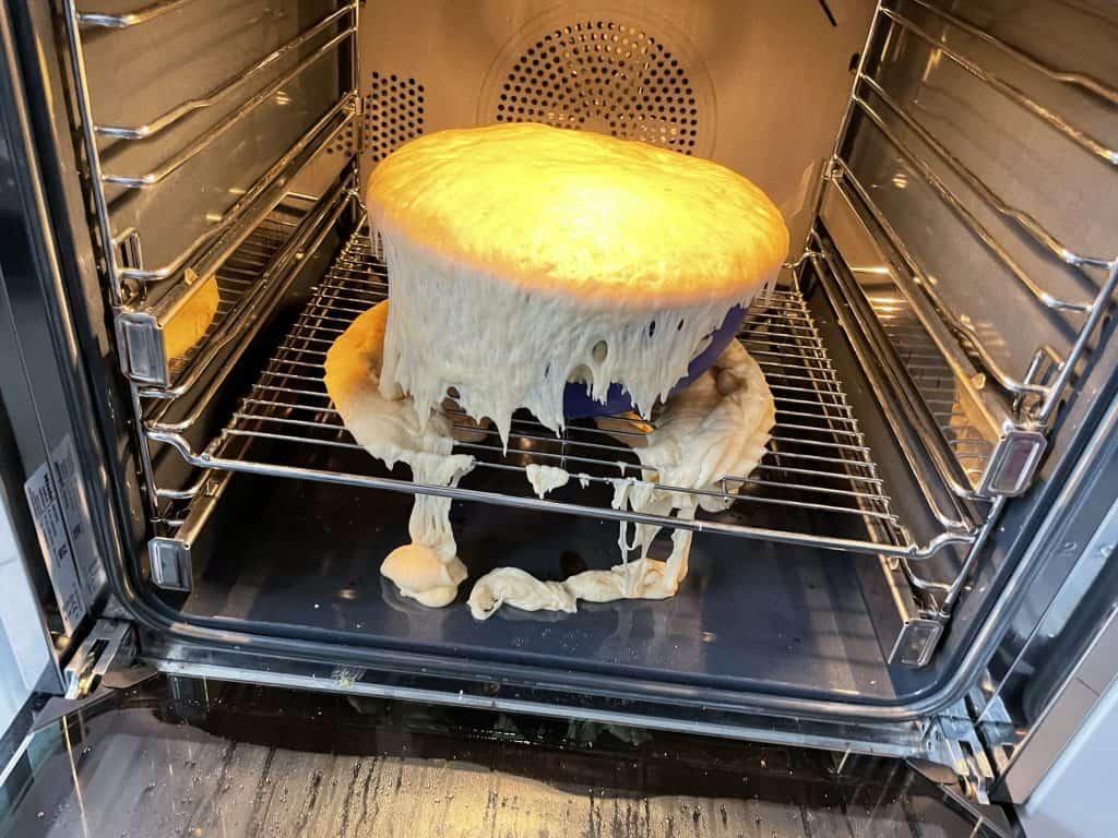 übergequollene Teig im Ofen