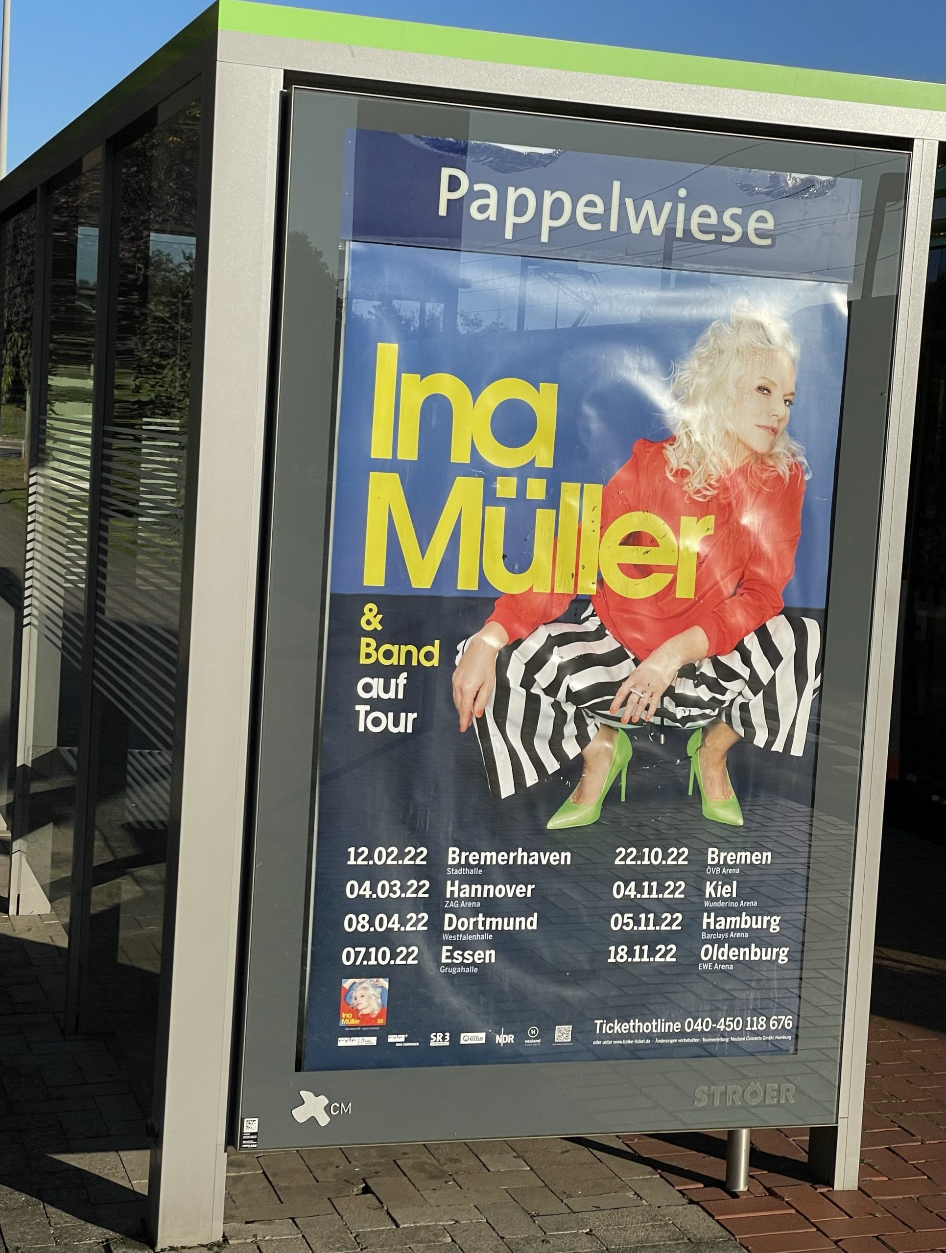 Tourplakat von Ina Müller an Bushaltestelle