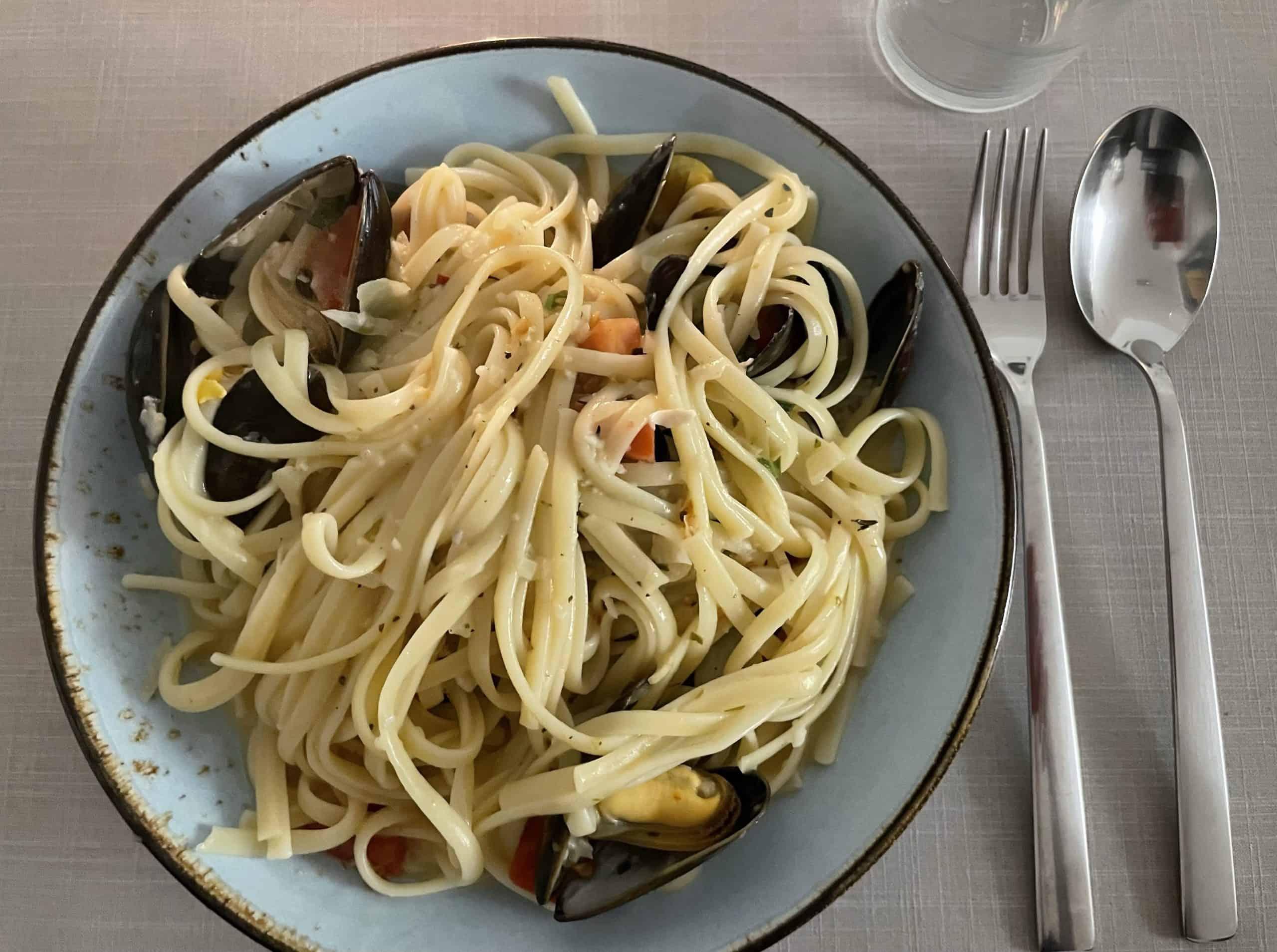 Teller mit Muscheln in Spaghetti