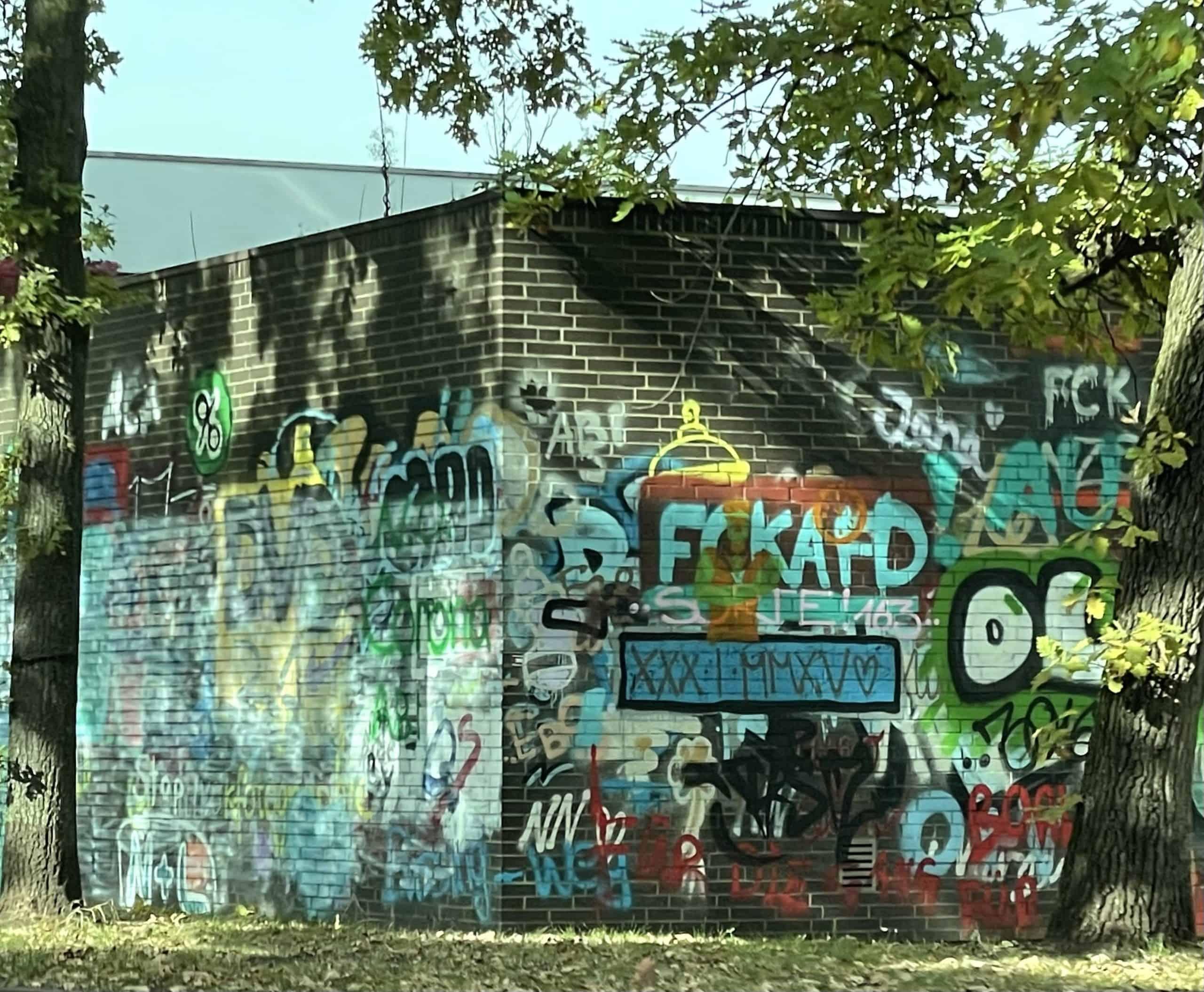 Graffiti-überzogenes Anlagengebäude
