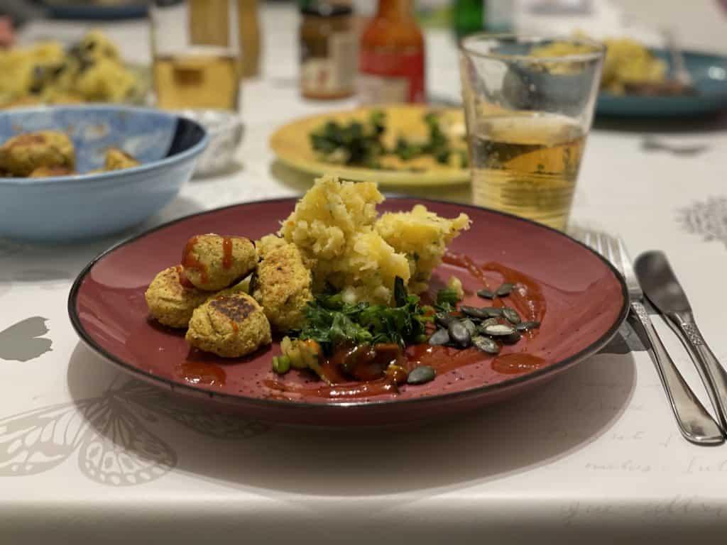 Eßtisch mit warmen Abendessen