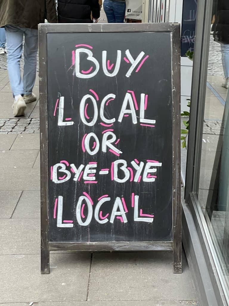 Buy local Aufsteller vor Geschäft