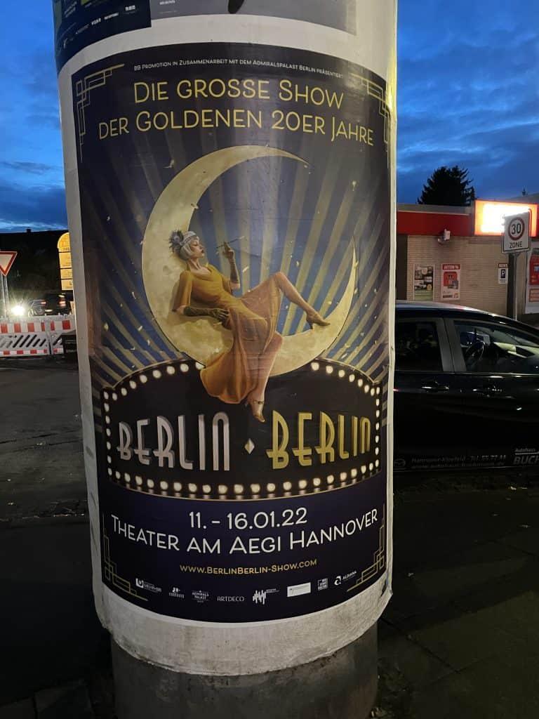Kitfaßsäulenreklame für Berlin-Berlin-Revue